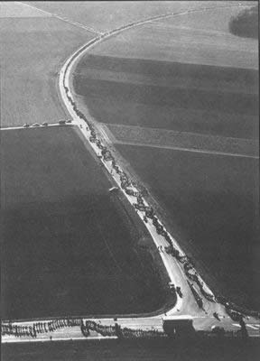 1985-10-22 German people lined the 108 km long anti-nuclear team competition