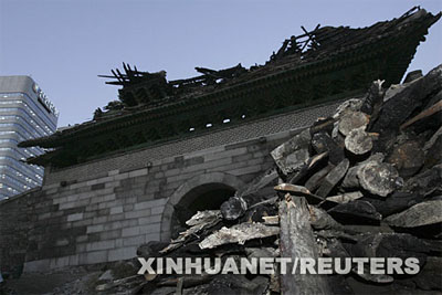 2008-2-11 The South Korean capital, Seoul National Treasure No. Sungnyemun destroyed by fire
