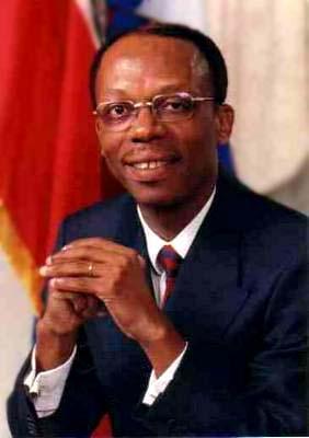 海地总统阿里斯蒂德宣布辞去总统职务 开始流亡