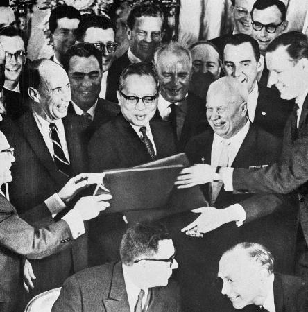 1963-8-5 Su Meiying signing of the Partial Test Ban Treaty