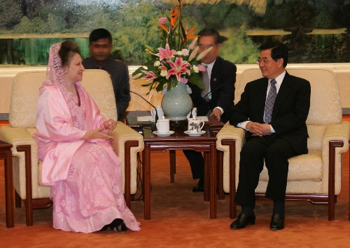 2005-8-18 Hu Jintao Meets with Prime Minister of Bangladesh